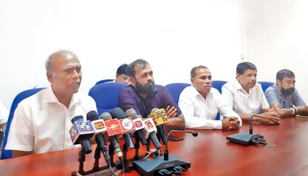 Former SPC Chairman Somawansa Kodagoda addressing the press conference - Picture by Mahinda P. Liyanage, Galle Central Special Corr.