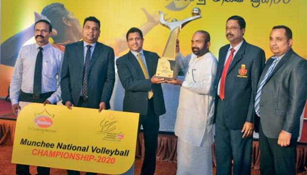 Director/Chief Executive Officer of Ceylon Biscuits Limited, Nalin B. Karunaratne handing over the Munchee National Volleyball Trophy to Deputy Speaker of Parliament and President of Sri Lanka Volleyball Federation Ranjith Siyambalapitiya at the media briefing. Others from left: Manager, Public Relation – CBL Janaka Boteju, Marketing Manager – CBL Romesh Jayathilaka, Secretary of Sri Lanka Volleyball Federation A.S. Nalaka and Treasuer of Sri Lanka Volleyball Federation Thushara Sampath. Picture by Ranjith