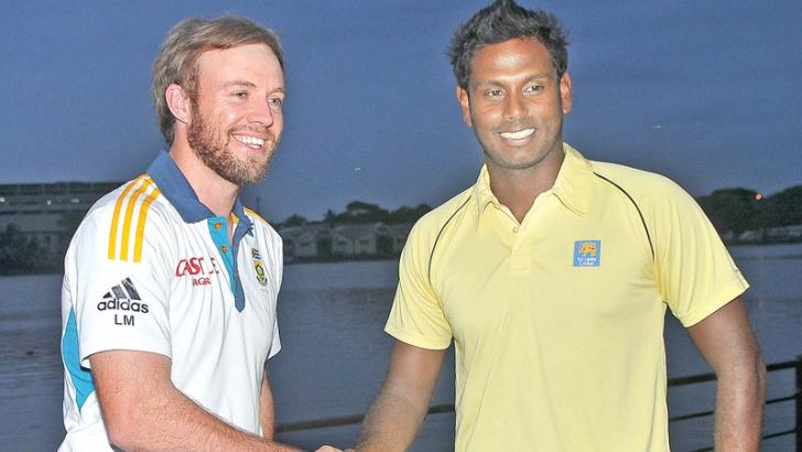 South Africa skipper AB de Villiers (on left) shakes hands with Sri Lanka skipper Angelo Mathews at the press briefing held at Cinnamon Lakeside Hotel yesterday regarding the South African tour of Sri Lanka. Picture by Rukmal Gamage