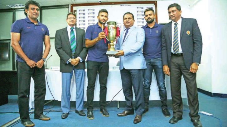 Sri Lanka T20I captain Dasun Shanaka presents the trophy for winning the T20I series against Pakistan to Sri Lanka Cricket president Shammi Silva in the presence of interim head coach Rumesh Ratnayake, SLC secretary Mohan de Silva, ODI captain Lahiru Thirimanne and chief selector/manager Ashantha de Mel at SLC headquarters yesterday.