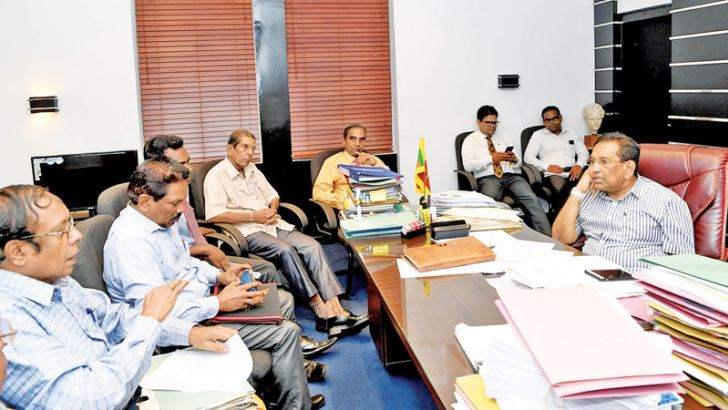 Health, Nutrition and Indigenous Medicine Minister Dr. Rajitha Senaratne, former Homeopathic Council Chairman, Dr. S.R.D.P. Perera, Coordinating Secretary to the Minister, Dr. Upul Gunasekera and other homeopathy doctors at the meeting.