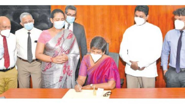 State Minister Dr. Sudarshini Fernandopulle assuming duties in the presence of Health Minister Pavithra Wanniarachchi and State Minister Prof. Channa Jayasumana.