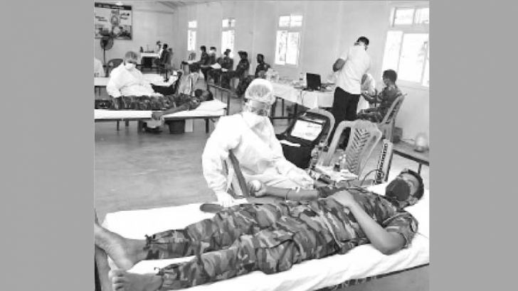Troops of the 68 Division donating blood to the Mullaitivu District Hospital on Thursday.
