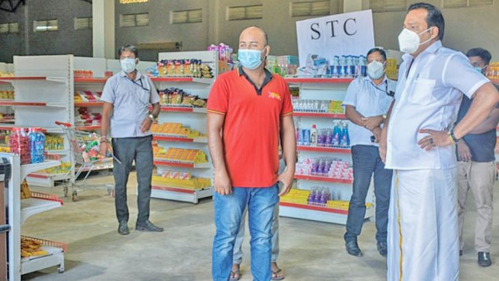 State Minister Sathasivam Viyalendran inspecting a Sathosa outlets in Batticaloa yesterday (12).