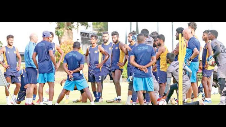 Coach Amir Alagic having a chat with Sri Lankan players during a workout at the Racecourse Grounds