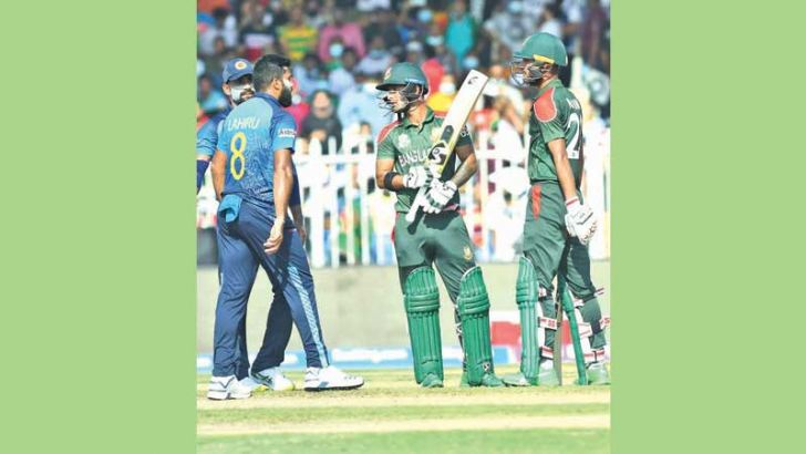 Lahiru Kumara engaged in a war of words while walking up to the batter